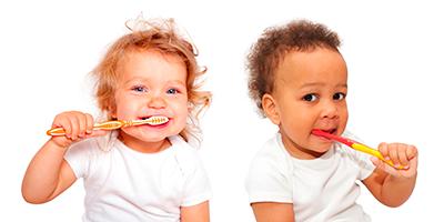 Imagen niños lavándose los dientes odontología preventiva Almería